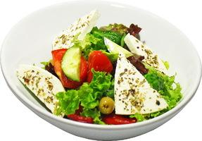 Греческий салат с оливковым маслом и домашним сыром