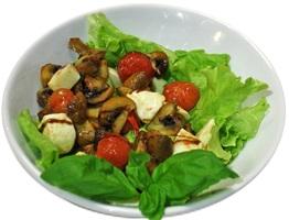 Итальянский салат с моцареллой, шампьньонами и помидорами чери