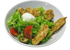 Микс салата с куриным филе в кунжуте, овощами и яйцом пашот