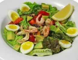 Салат с морепродуктами и оливками под лимонно-соевой заправкой