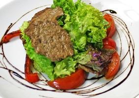 Теплый салат с телятиной и печеными овощами