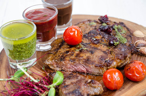 BIG стейк из говядины с сетом из 3-х соусов- песто, барбекю, шоколадный