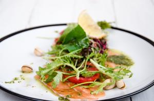 Салат с маринованым лососем и фисташковым песто