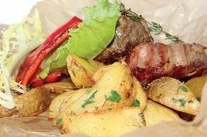 Филе телятины в беконе с картофелем по-деревенски