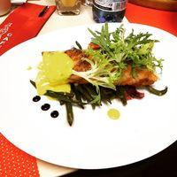Стейк из лосося на тарелке из спаржевой фасоли