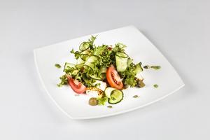 Салат овощной с пикантным сыром