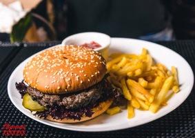 Гамбургер с солсберийским бифштексом